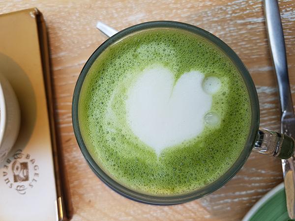 kopje groene matcha thee, latte art hartje